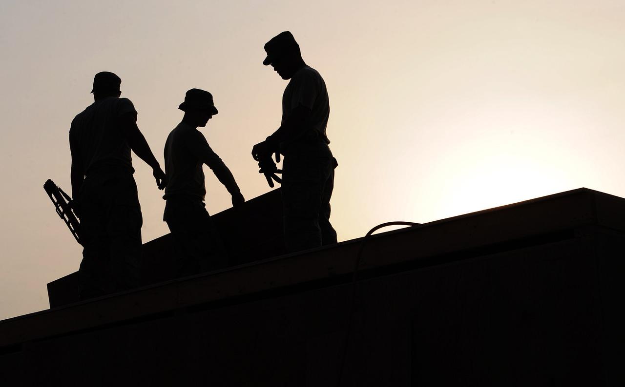 pracownicy-na-budowie